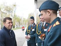 Евгений Куйвашев пригласил на Парад Победы свердловских лицеистов-поисковиков