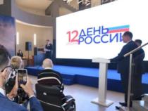 Евгений Куйвашев в День России вручил паспорта свердловским школьникам