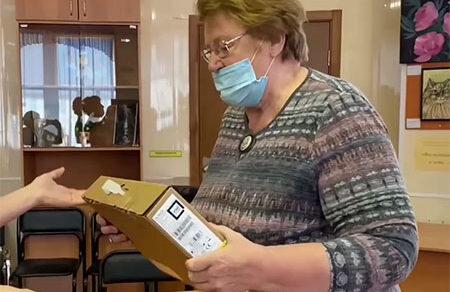 Благотворители подарили ноутбук пенсионерке, которая рассказала Евгению Куйвашеву о своих успехах в Школе пожилого возраста